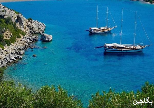 قایق های تفریحی که مسافران را به خلیج های اطراف و جزایر میبرند